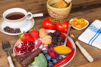 Flavonoidy (přírodní rostlinné antioxidanty) obsahují ostružiny, maliny, rajčata, čokoláda, káva, červení víno, jahody, čaj a jiné.