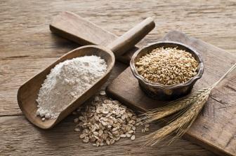 Celozrnné pečivo je díky vyššímu obsahu vlákniny mnohem zdravější než to bílé.