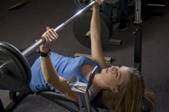Klasický bench-press je efektivní cvičení na zpevnění vašeho poprsí.