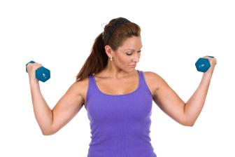 Při cvičení s činkami provádějte větší počet opakování s menší zátěží, jen tak budete spalovat tuky.