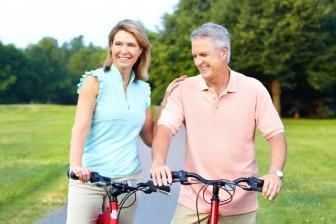 V menopauze je důležitý i aktivní životní styl - začněte chodit na dlouhé procházky nebo jezdit na kole. A zapojte i svého partnera.