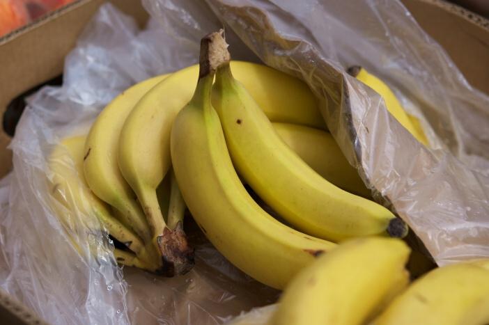 <span>Banán obsahuje hodně vody (až 75%), vitamíny, minerály a vůbec žádné tuky. 100 gramů banánu má jen 403 KJ, což je 96,3 kalorií (kcal). </span>