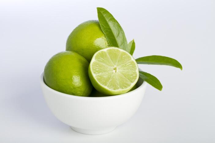 <span>Hubnutí s limetkami: limetky napomáhají efektivnějšímu metabolismu tuků a detoxikaci organismu.</span>