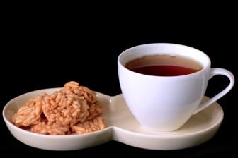 Pravý čaj bez kofeinu nebo různé bylinkové čaje jsou lepší než kofein z kávy nebo černého čaje.