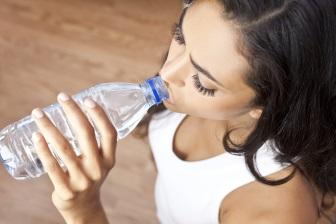 Dodržovat pravidelný pitný režim je důležité nejenom při cvičení, nebo když jsou venku letní vedra.