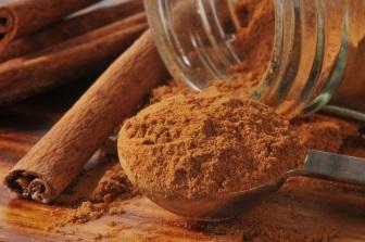 Skořice podporuje krevní oběh, snižuje krevní tlak, snižuje hladinu cholesterolu a pomáhá odbourávat tuky.