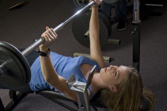 Při cvičení v posilovně pro zhubnutí není důležité zvedat co nejtěžší činky.