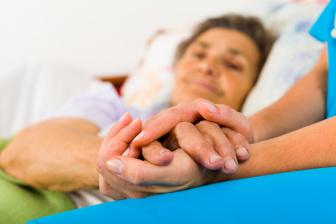 Podobně jako u Parkinsonovy nemoci, není ani na Alzheimerovu nemoc známá žádná léčba. Současná medicína umí pouze zpomalit postup choroby nebo omezit některé její dopady.