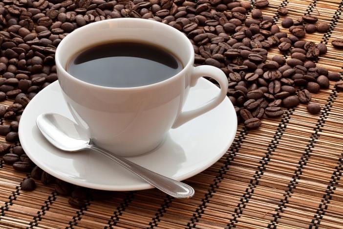 Káva obsahuje mimo jiné rostlinný alkaloid kofein. Právě kofein je ta složka kávy, která má výrazný vliv na lidský organismus.