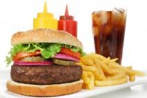 V následujícím přehledu máte několik užitečných tipů, které potraviny jsou největším nepřítelem hezké postavy. Obsahují zbytečně hodně kalorií nebo jsou škodlivé i z dalších důvodů.