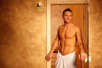 Při pobytu v sauně se vaše tělo prohřívá, zvyšuje se jeho tělesná teplota, a vy se potíte.
