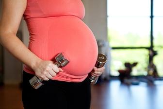 Možností, jak hubnout po porodu je mnoho. Pozor jen na to, že hned po porodu byste svoji snahu o shazování kil neměli nijak přehánět