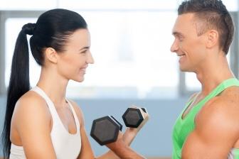 Nejúčinnější způsob, jak se zbavit přebytečného tuku na pažích, je celkově zhubnout.