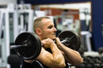 Nejlepší způsob, jak zhubnout ruce, je celkové snížení váhy. K tomu je nutné začít jíst zdravou stravu