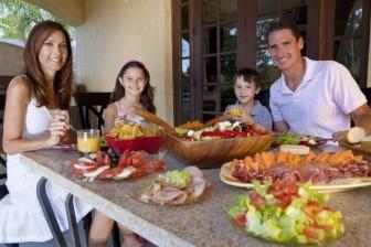 Naučte se také jíst pomalu a v klidu. Každé sousto pečlivě rozžvýkejte. Nejenom, že tím zvýšíte a prodloužíte svoje potěšení z jídla, ve výsledku pak sníte i menší porci