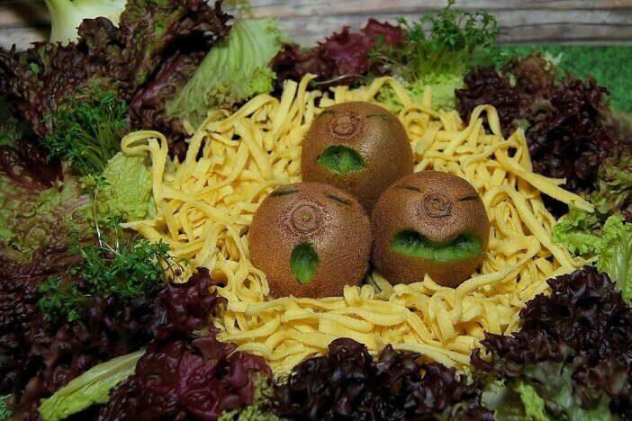 Při hubnutí (a nejenom při něm) by alespoň jedno jídlo denně mělo být převážně ze zeleniny. Naopak žádné bílé pečivo, zbytečné cukry, džusy nebo slazené limonády.