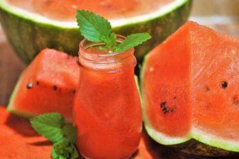 """Vodní meloun = to je ten """"klasický"""" meloun, velký, kulatý, na povrch zelený a uvnitř červený, který v dužině obsahuje spoustu semínek."""