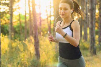 Pokud běžíte příliš rychle, s příliš vysokou intenzitou, a jste hodně zadýchaní, tak se tuky nespalují. Hlídejte si tepovou frekvenci. A to, jak se vám dýchá. Je lepší běžet s nižší intenzitou.