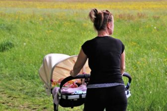 Zajímalo by vás, jak rychle zhubnout po porodu? Během kojení nemá smysl pouštět se do nějaké radikální diety, Naopak při kojení potřebujete zdravý a vyvážený jídelníček. Podobné je to i při cvičení. Po porodu musíte začít cvičit pomalu a opatrně. Hlavní je používat zdravý rozum.