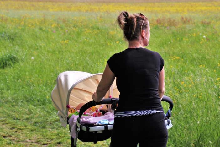 <span>Zajímalo by vás, jak rychle zhubnout po porodu? Během kojení nemá smysl pouštět se do nějaké radikální diety, Naopak při kojení potřebujete zdravý a vyvážený jídelníček. Podobné je to i při cvičení. Po porodu musíte začít cvičit pomalu a opatrně. Hlavní je používat zdravý rozum.</span>