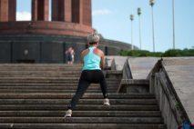 Pokud chcete zhubnout stehna a zadek, musíte změnit jídelníček a začít se více hýbat. Na zhubnutí stehen a zadku nejlépe fungují klasické dřepy (nebo jejich varianty). Při hubnutí byste se neměli vzdávat. Důležitá je vytrvalost.