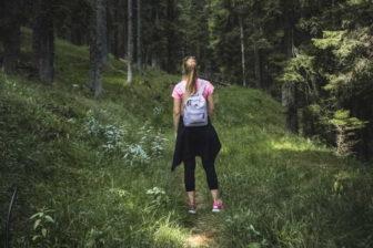 Věděli jste, že nejvíce kroků (v přepočtu na délku pracovní doby) nachodí popeláři? Chůze je velmi dobrý způsob, jak začít hubnout. Nemusí to být nutně 10 000 kroků. Stačí i jen 6000 kroků. Podstatné je chodit svižněji (minimálně 4 km za hodinu), a delší dobu v jednom kuse (optimálně hodinu denně).