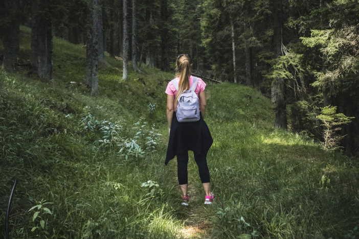 <span>Věděli jste, že nejvíce kroků (v přepočtu na délku pracovní doby) nachodí popeláři? Chůze je velmi dobrý způsob, jak začít hubnout. Nemusí to být nutně 10 000 kroků. Stačí i jen 6000 kroků. Podstatné je chodit svižněji (minimálně 4 km za hodinu), a delší dobu v jednom kuse (optimálně hodinu denně).</span>