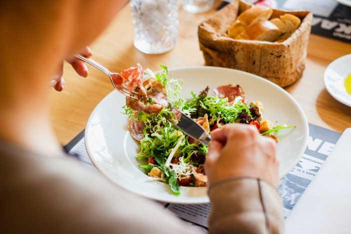 <span>Rozumný zdravý a dietní jídelníček by měl zahrnovat 50% sacharidů (převáženě komplexní sacharidy), 30% bílkovin a 20% tuk (z toho alespoň 50% rostlinných tuků). I na dietním jídelníčku, můžete mít občas něco nezdravého, ale maximálně 20% (80% jídla by mělo být zdravé).</span>