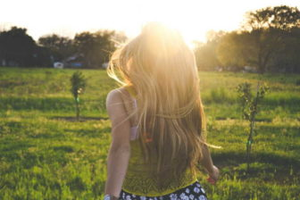 Tělo dospívajících prochází celou řadou změn. Zvláště u dívek se během puberty zvyšuje množství podkožního tuku. To je ale součástí přirozených, fyziologických procesů. Při hubnutí v 15 letech byste se měli vyhýbat hladovění nebo nízkokalorickým dietám. Ty by vám mohly jenom uškodit.