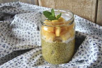 """Chia semínka, bývají někdy označována, jako """"super potravina"""". Obsahují velké množství zdravých živin (omega-3 mastné kyseliny). Chia semínka jsou velmi dobrá i při hubnutí – dokáží omezit pocit hladu a zajistí pocit sytosti, po delší dobu. Mají i mnoho různých benefitů pro naše zdraví."""