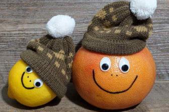 """Vitamín C je nezbytný pro zdraví. Hraje zásadní roli i při hubnutí – nepřímo ovlivňuje spalování tuků. Je podstatný i pro tvorbu kolagenu – mladší vzhled pokožky. Vitamín C má i """"zázračný"""" účinek proti kocovině. Naopak při nedostatku vitamínu C, mohou hrozit i vážné zdravotní problémy."""