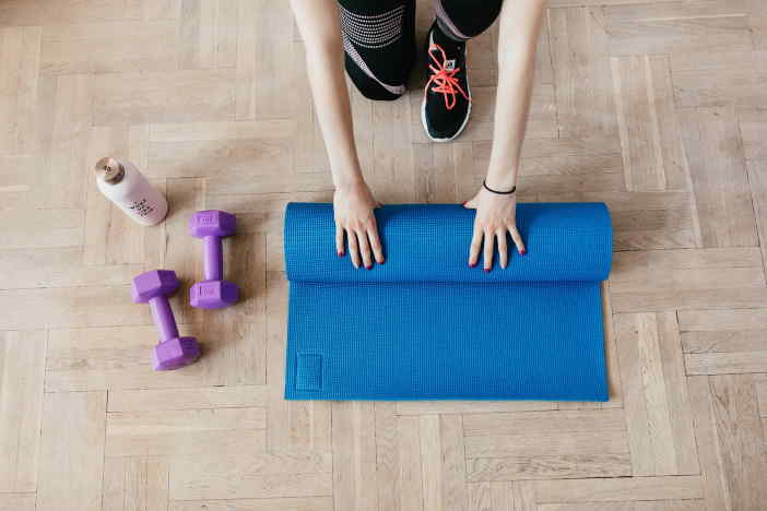 """<span>Cvičit doma a zhubnout, se dá bez problémů i doma. A to, i během epidemie. Na domácí cvičení nepotřebujete skoro žádné extra vybavení. Stačí jen nějaká podložka (klidně i jen karimatka). Vše ostatní je už jen """"nice to have"""" není to nezbytné. Za poslední rok, od začátku epidemie COVID jsem zhubnul 15 kilo.</span>"""