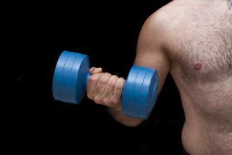 Nejefektivnější způsob, jak zhubnout (pro muže) je asi cvičení. A to především silové cvičení, zaměřené na rozvoj fyzické síly. Nedílnou součástí snahy o hubnutí, by ale měly být i nějaké změny jídelníčku. Nemusí to být nějaká striktní dieta. Stačí jíst trochu zdravěji a rozumněji.